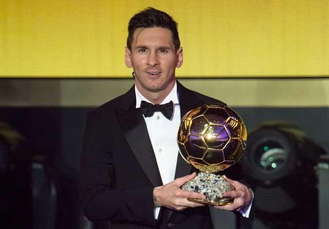 Leo Messi posa junto a su quinto Balón de Oro