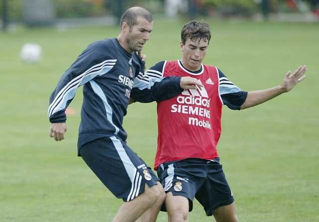 Zinedine Zidane pugna por un balón con Paco Pavón