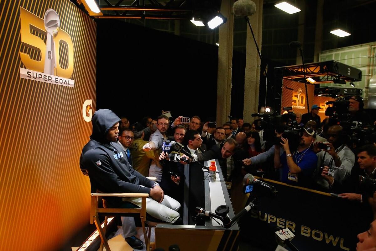 Cam Newton y su mal perder en la entrevista de la Superbowl