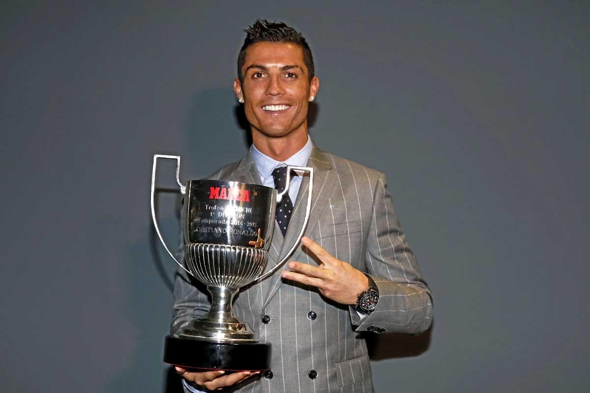 Cristiano Ronaldo posa con el Trofeo Pichichi 2014-15
