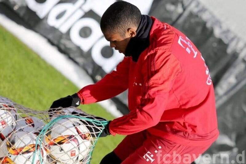 Douglas Costa marca un corner de rabona en un entrenamiento