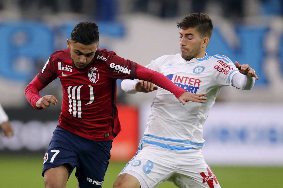 Lucas Silva disputa un balón con Sofiane Boufal