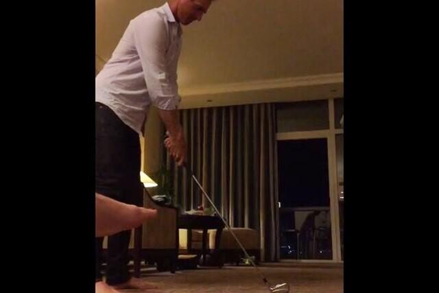 Nicolas Colsaerts juega al golf en su hotel
