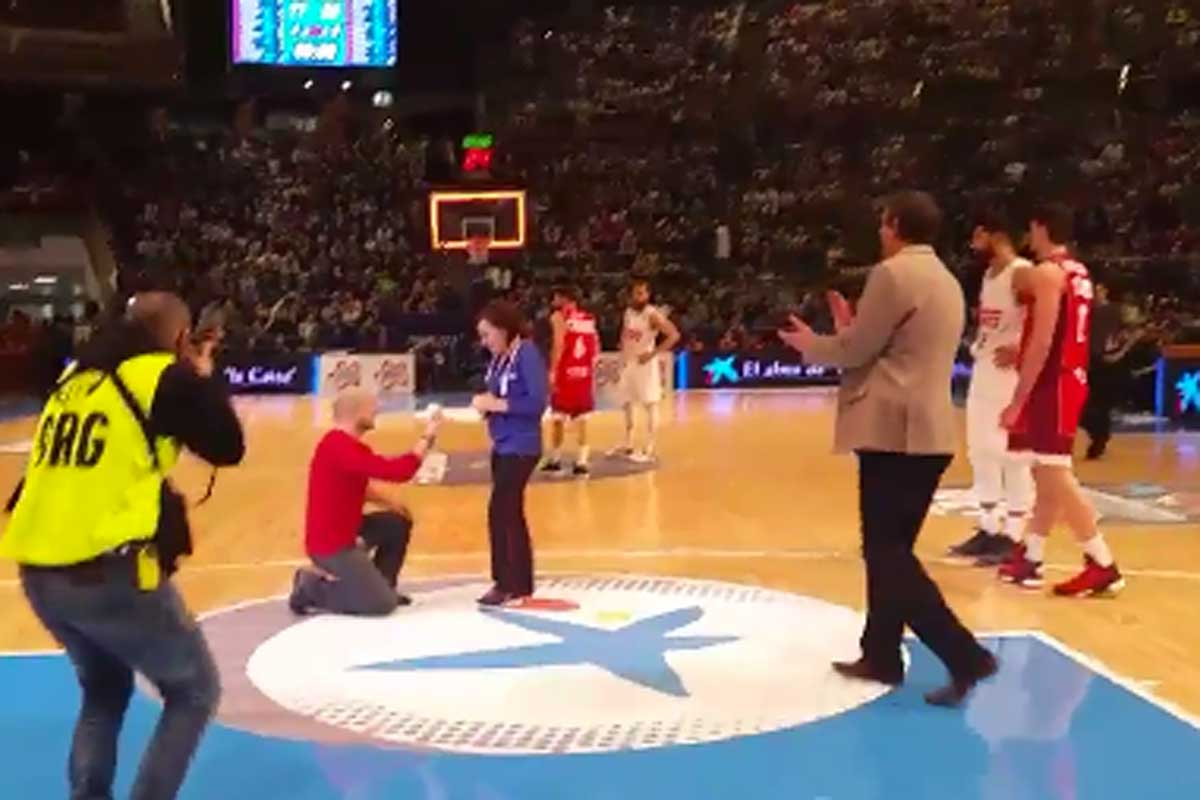 Pedida de mano en plena cancha durante la Copa del Rey de basket