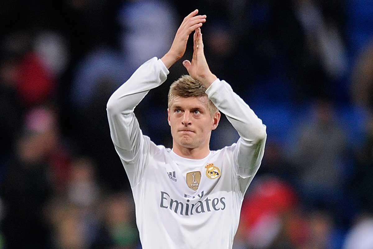 Toni Kroos saluda a la afición del Santiago Bernabéu