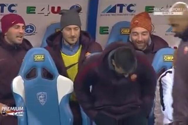 Francesco Totti gasta una broma en el banquillo de la Roma