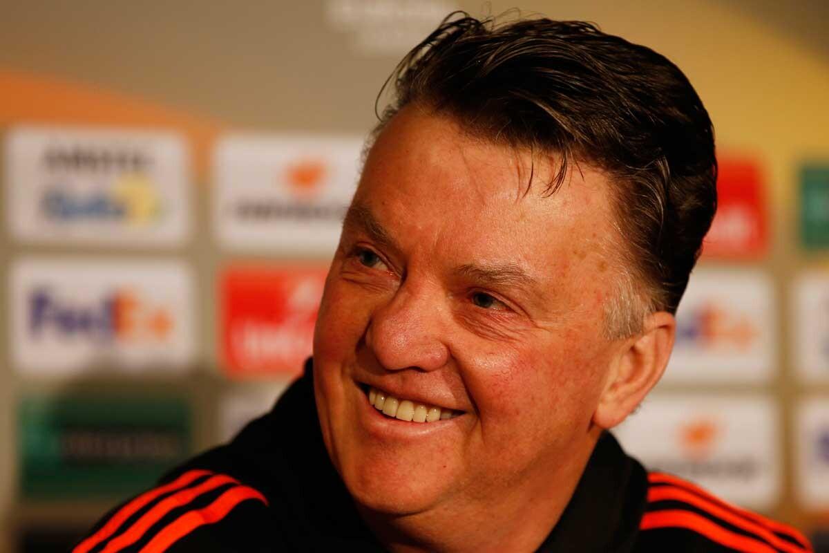 Louis Van Gaal se ríe durante una rueda de prensa