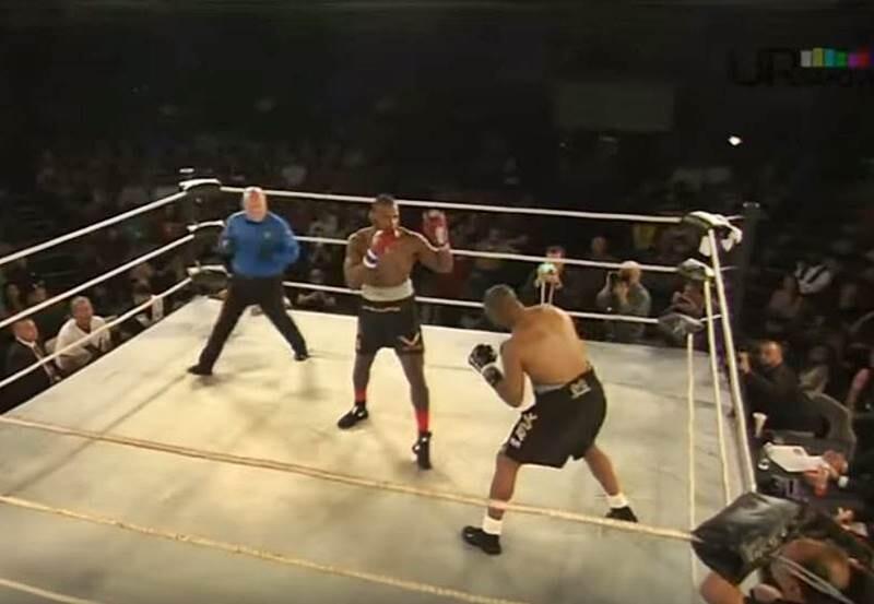 Concurso de boxeo de un aficionado con Roy Jones