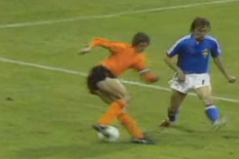 Cruyff y Jan Olsson en el Mundial de 1974, en el, famoso giro de Cruyff