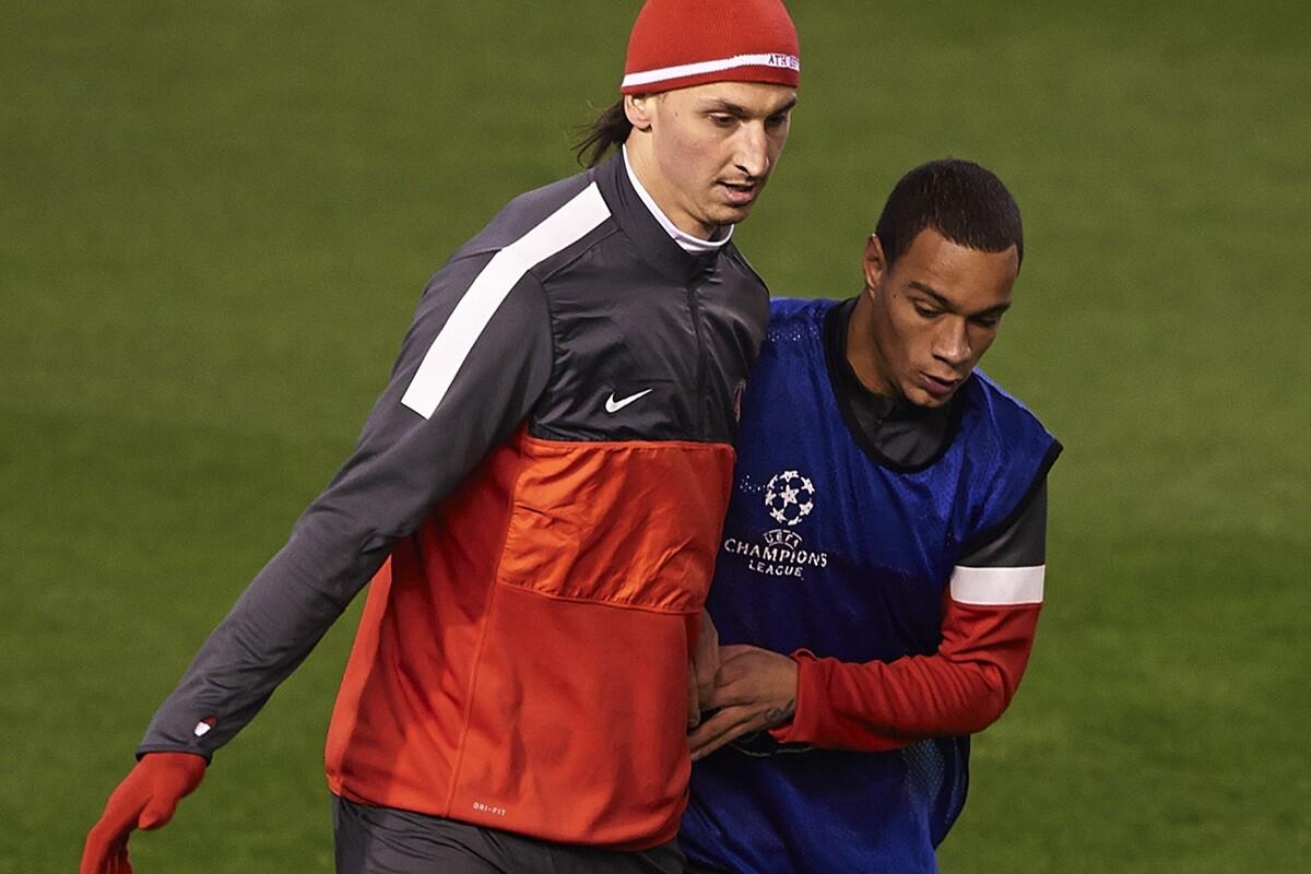 Ibrahimovic se pelea con Van der Wiel en la celebración de la liga del PSG