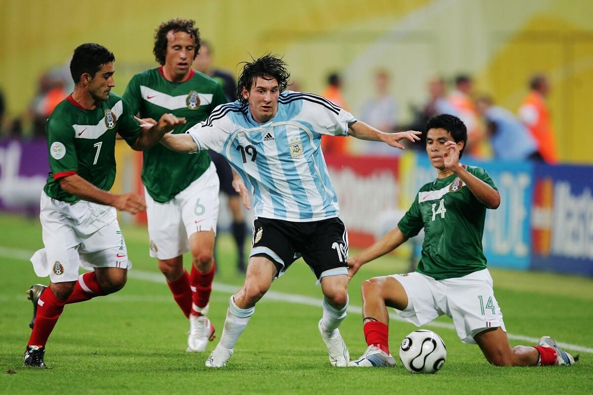 Leo Messi juega en el centro por Carlos Bilardo