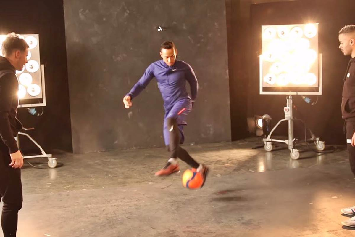 Lewis Hamilton juega con balón de fútbol con F2Freestylers