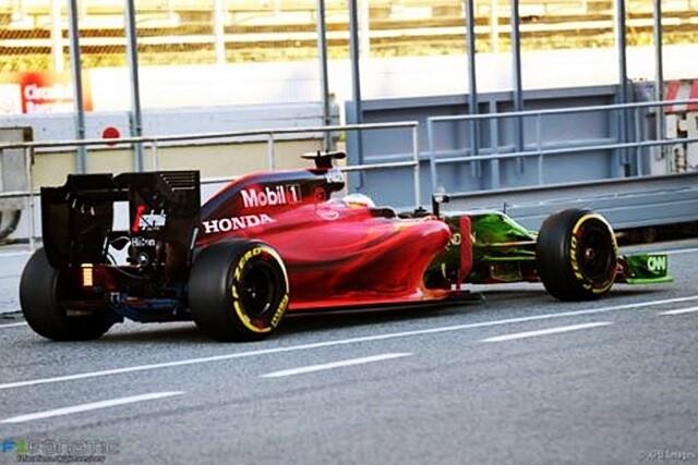 El Mclaren mp4-31 de Fernando Alonso untado de parafina de colores
