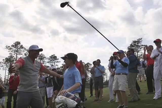 Tiger Woods ve un hoyo en uno de un niño