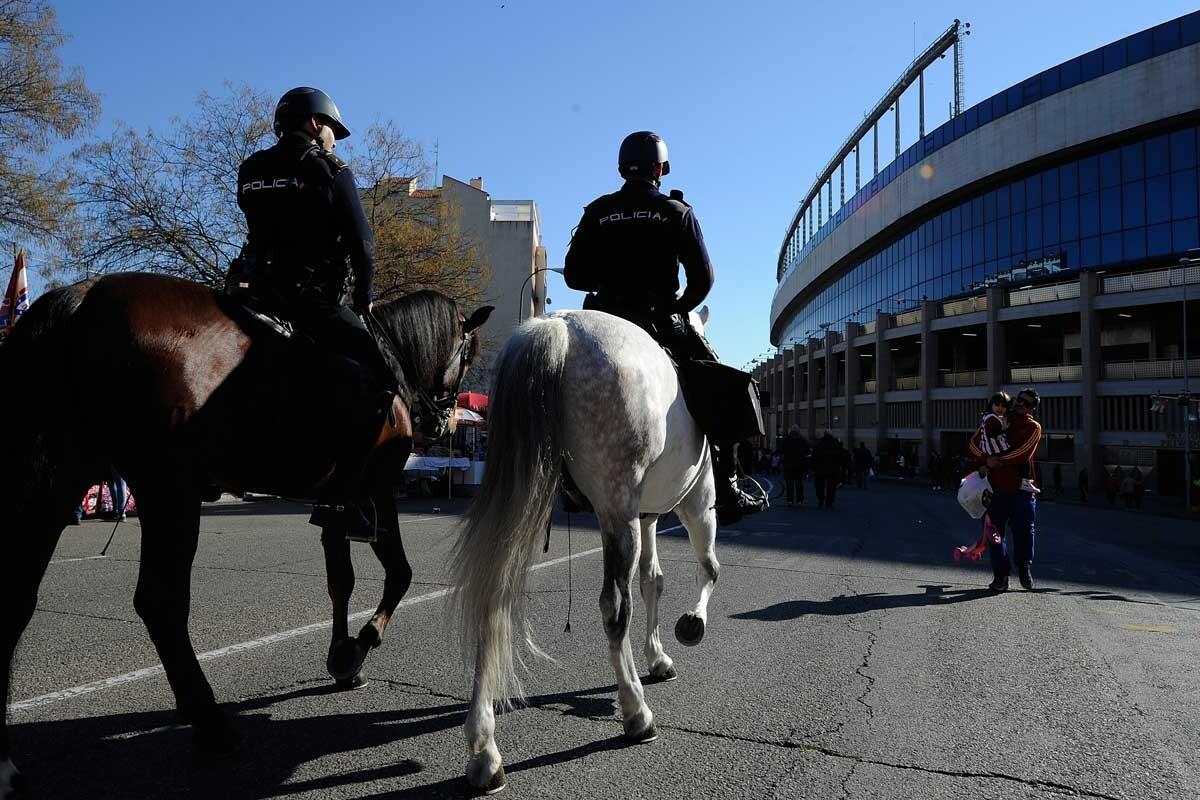 Humo y policía en los aledaños del estadio por un rodaje