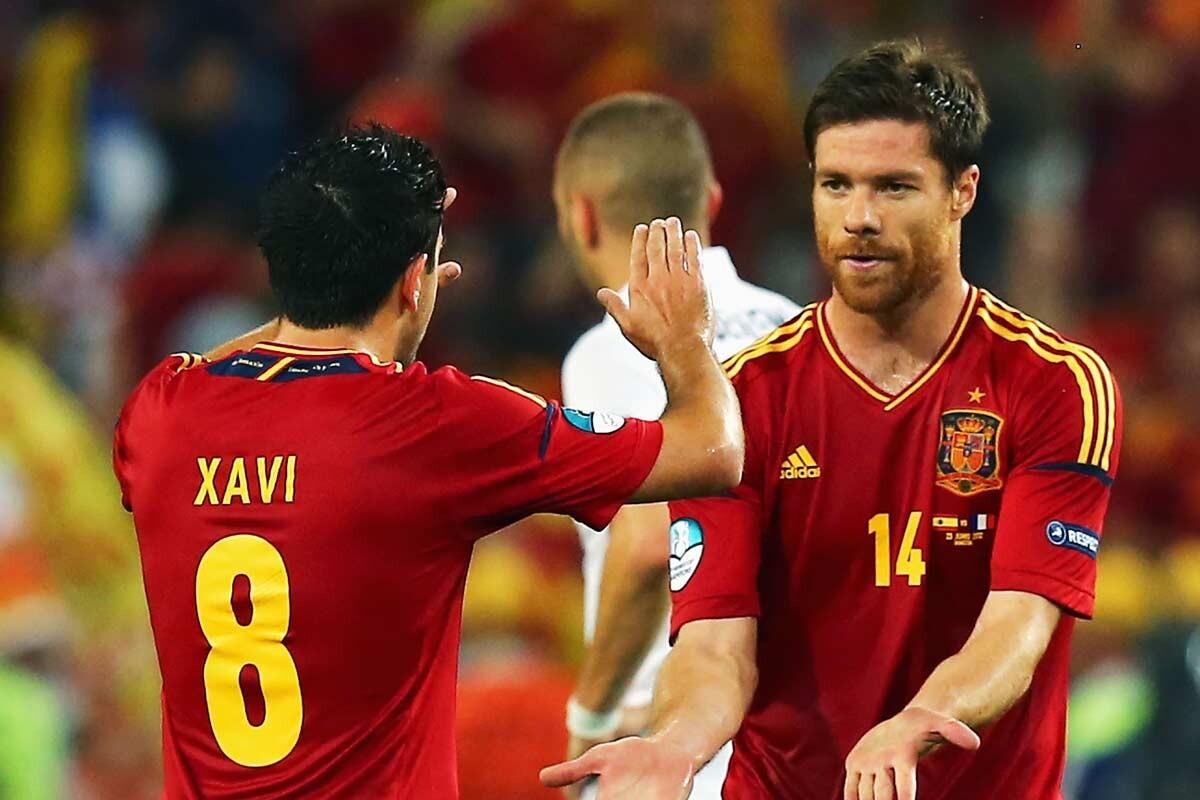 Xabi Alonso y Xavi Hernández, con España