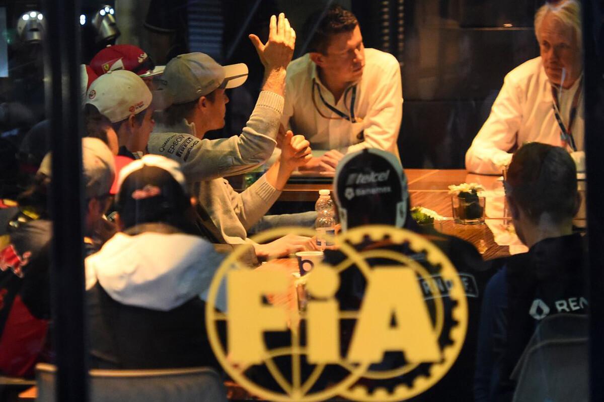 Reunión de pilotos y la FIA