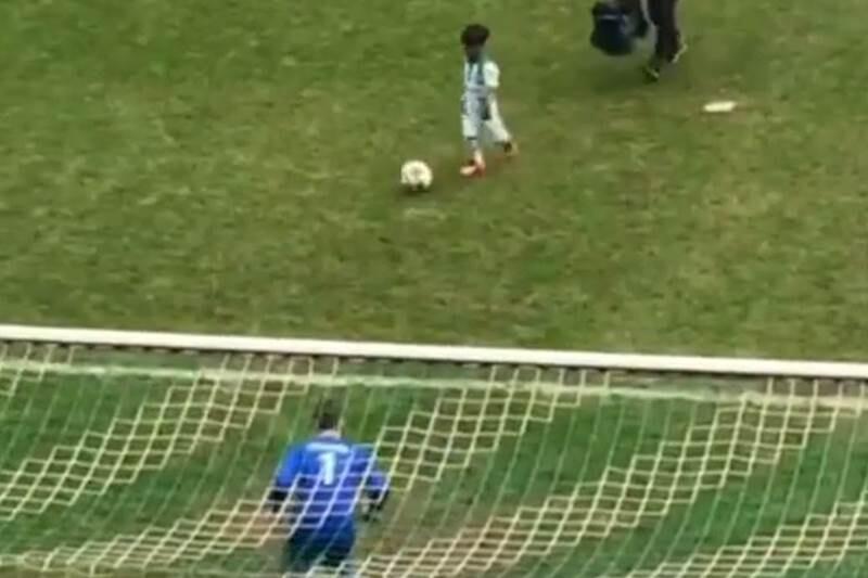 Un niño imita a cristiano ronaldo en un concurso tras marcar gol