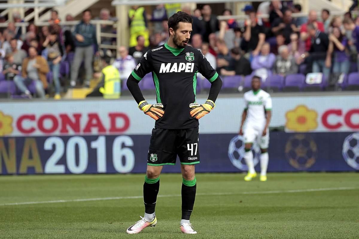 Andrea Consigli se mete gol en propia meta contra la Fiorentina