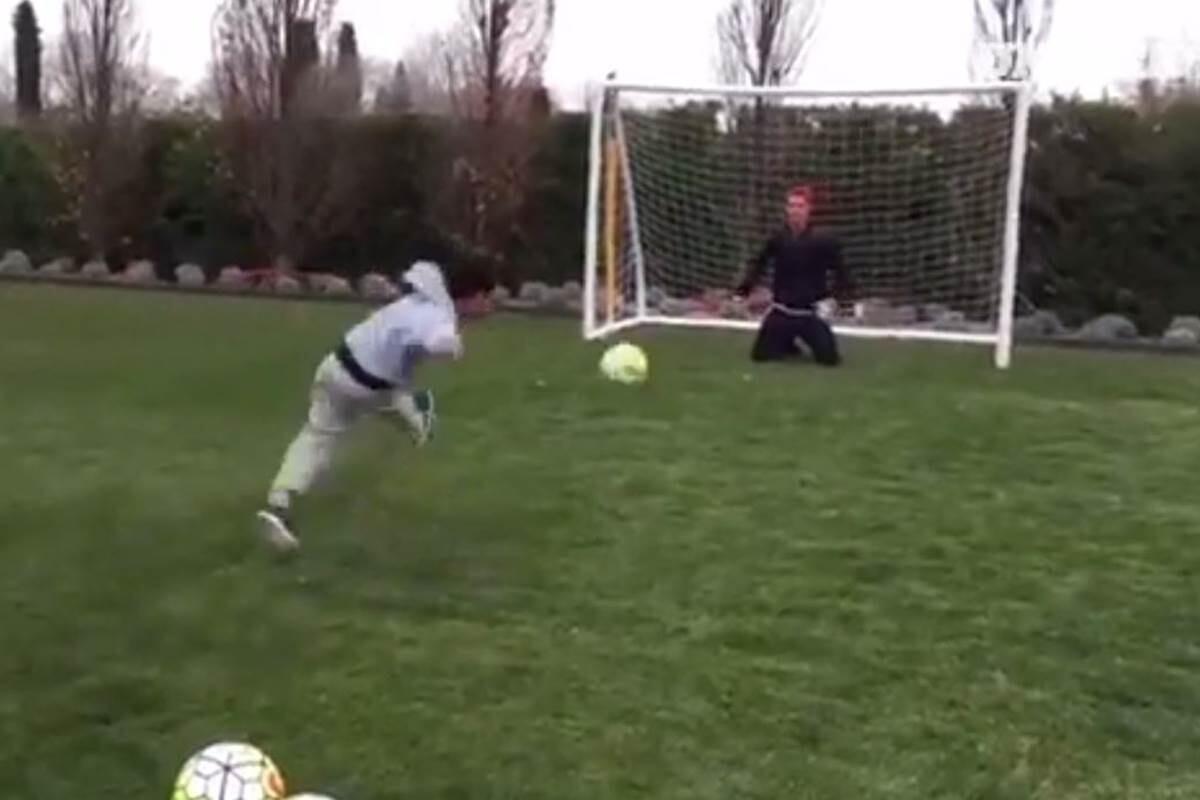 Cristiano Ronaldo reta a su hijo a lanzamientos de penalti