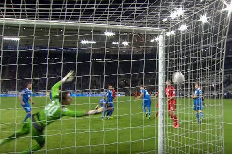 Felix Brych concedió un gol fantasma en la Bundesliga