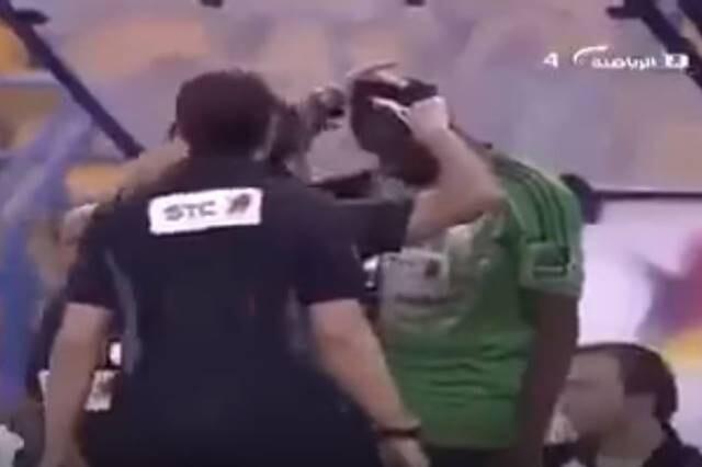Obligan a portero a cortarse pelo en Arabia