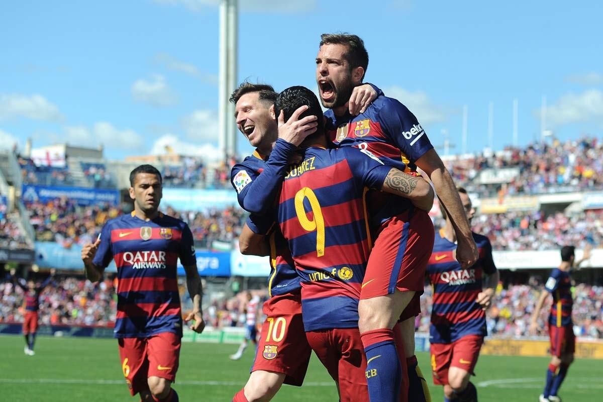 Suárez celebra un gol con Messi