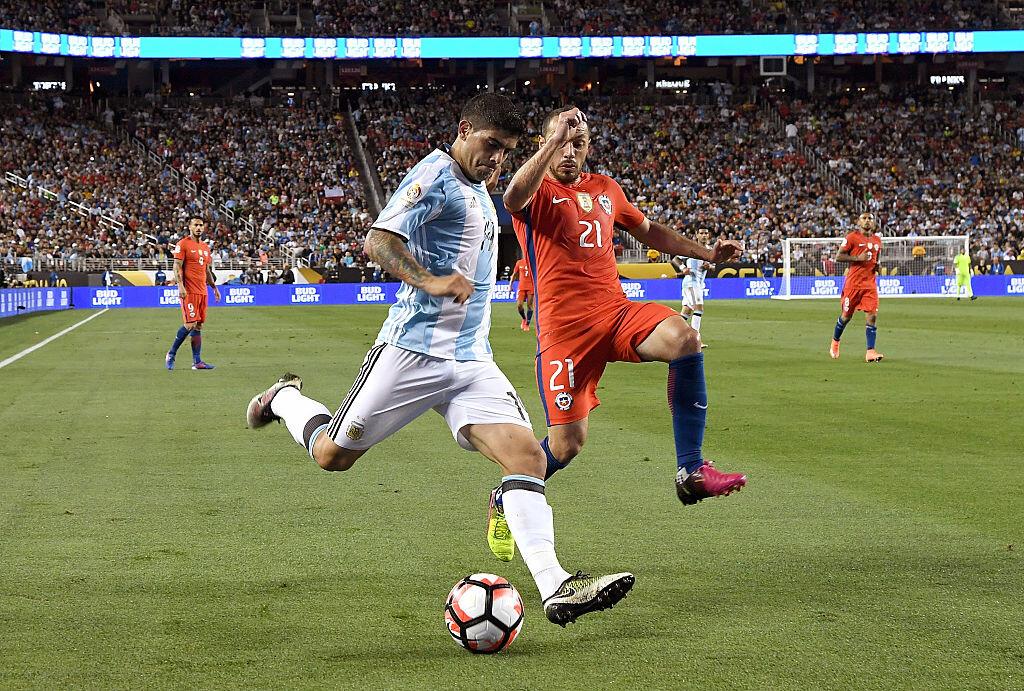 Banega y Díaz disputan un balón en la Copa América