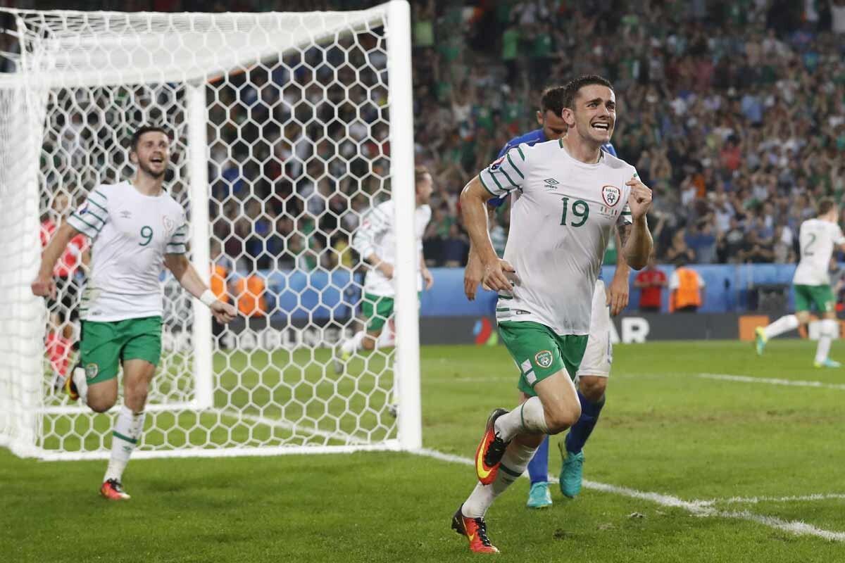 Robbie Brady celebra un gol con la República de Irlanda