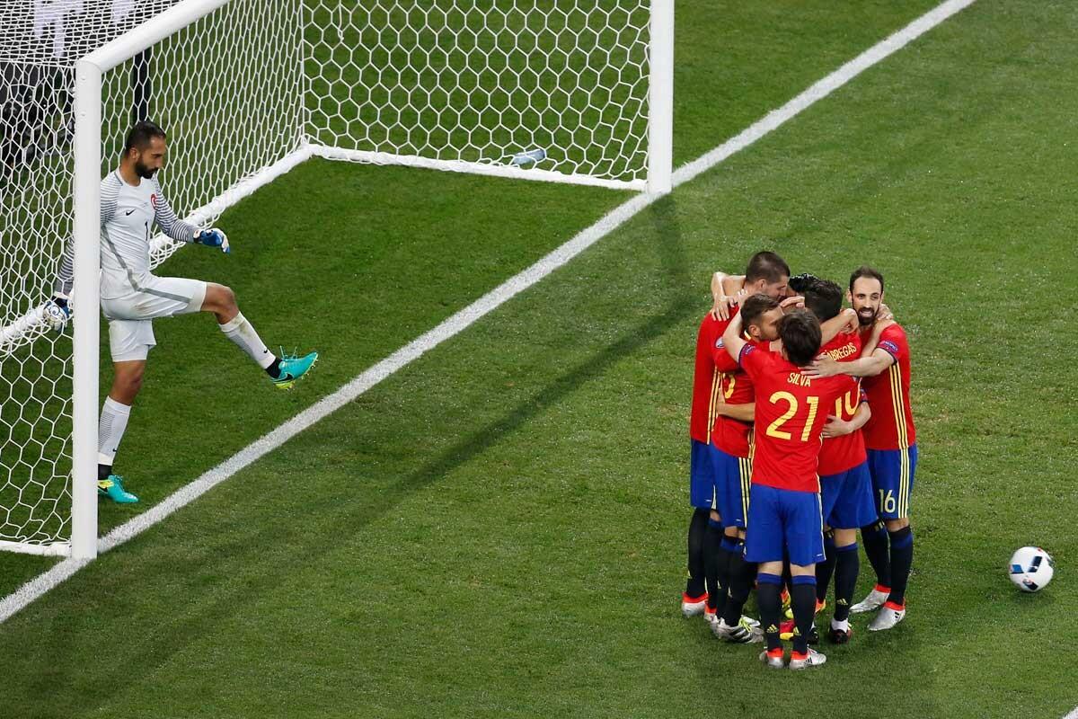 España festeja ante Turquía