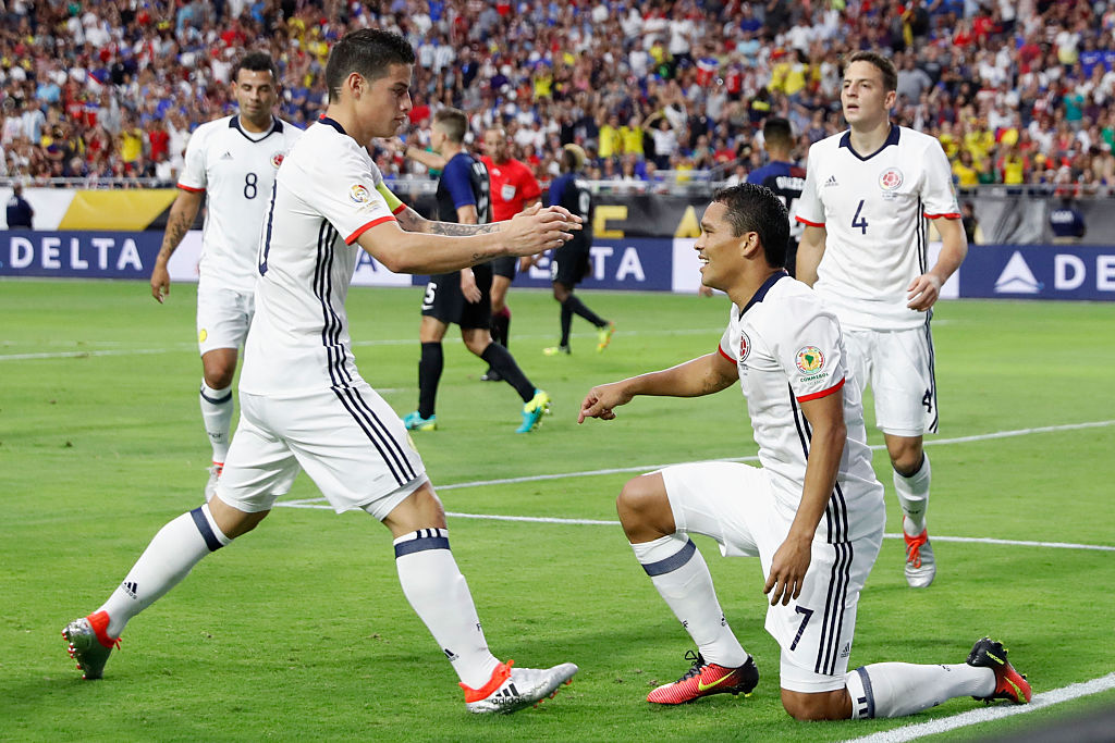 James y Bacca celebran gol de Colombia