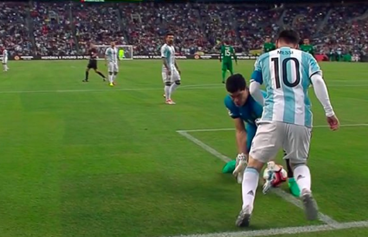 Messi le tira un caño a Carlos Lampe
