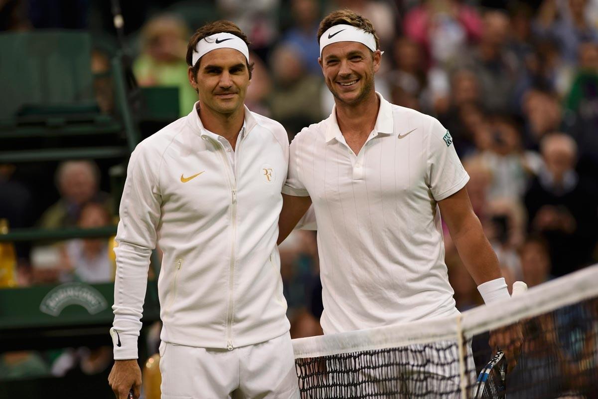 Roger Federer y Marcus Willis antes de su partido en Wimbledon