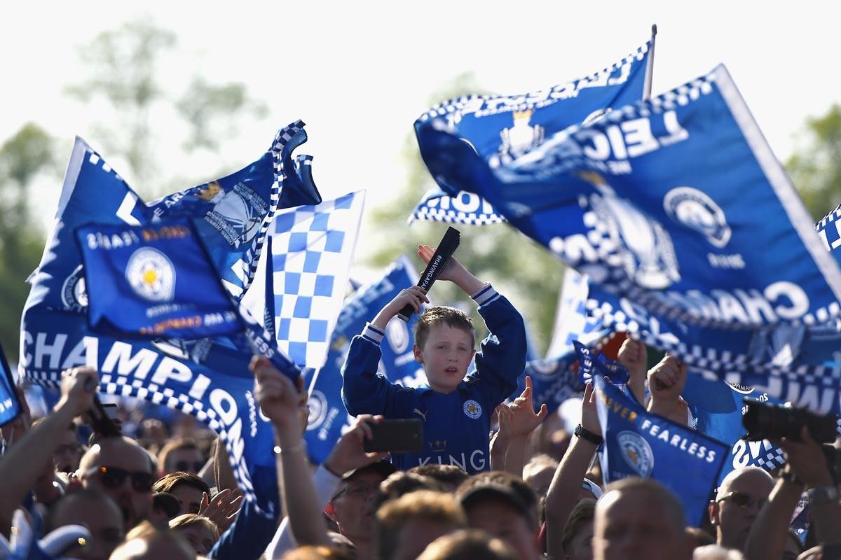 Fans del Leicester celebran el título