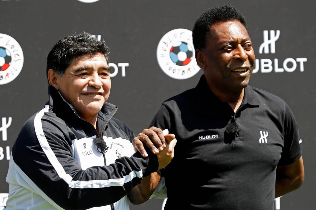 Maradona y Pelé se saludan