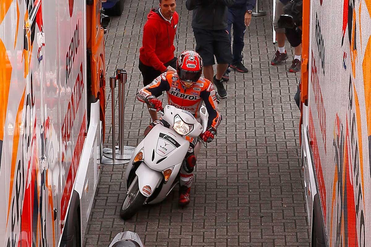 Marc Márquez con un scooter por el paddock de Assen