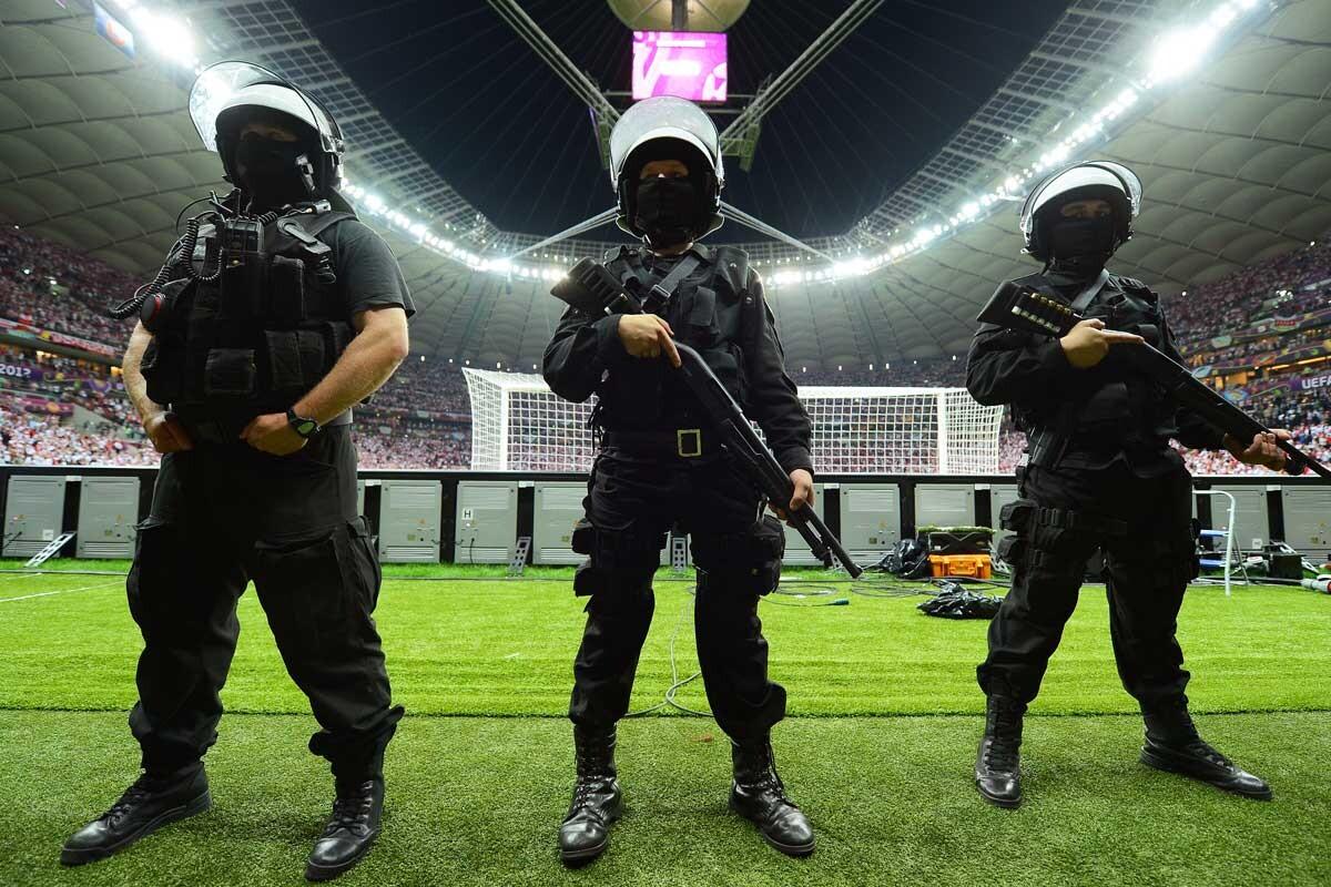 Policías en un estadio