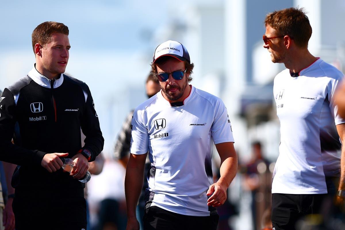 Stoffel Vandoorne, Fernando Alonso y Jenson Button