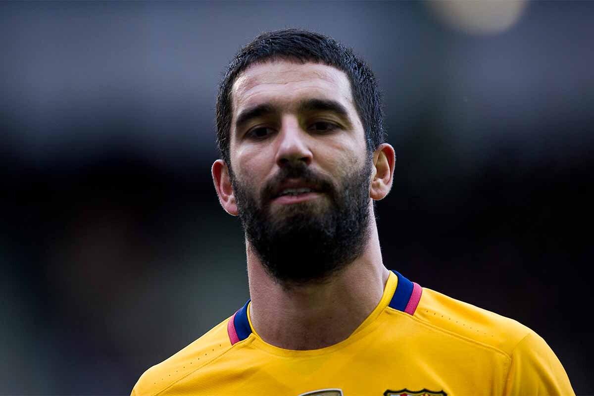 Arda Turan se lamenta durante un partido con el Barcelona