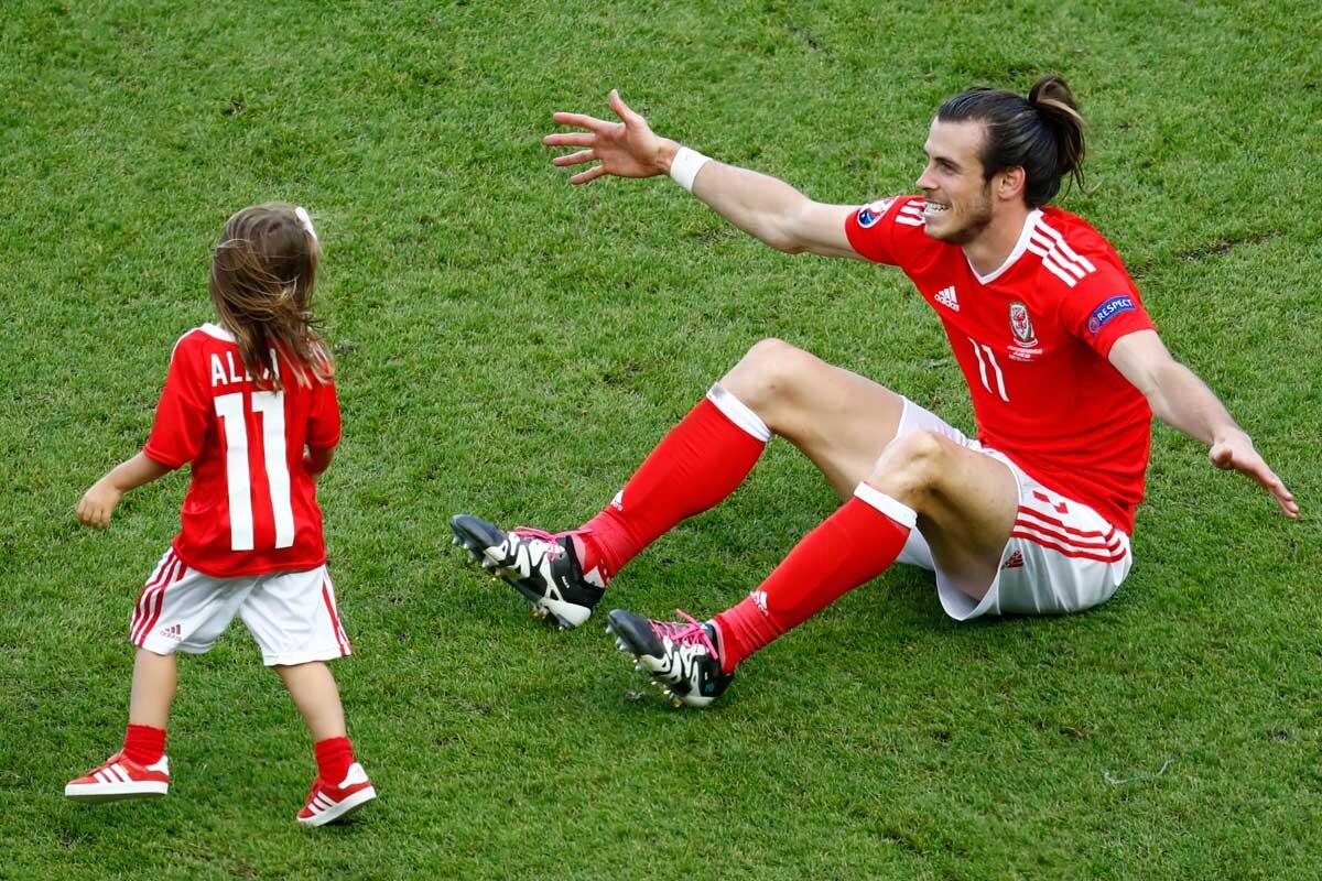 Gareth Bale juega con su hija