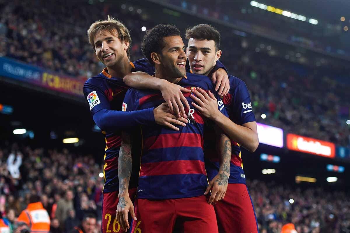 Dani Alves celebra un gol junto a Munir y Sergi Samper