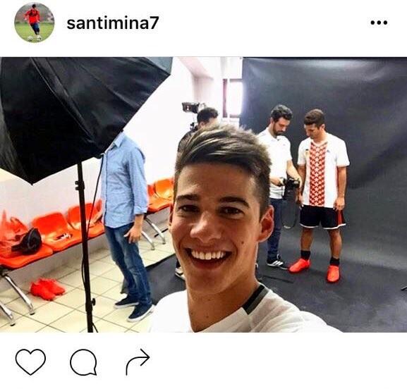 Selfie de Santi Mina con la nueva camiseta del Valencia CF