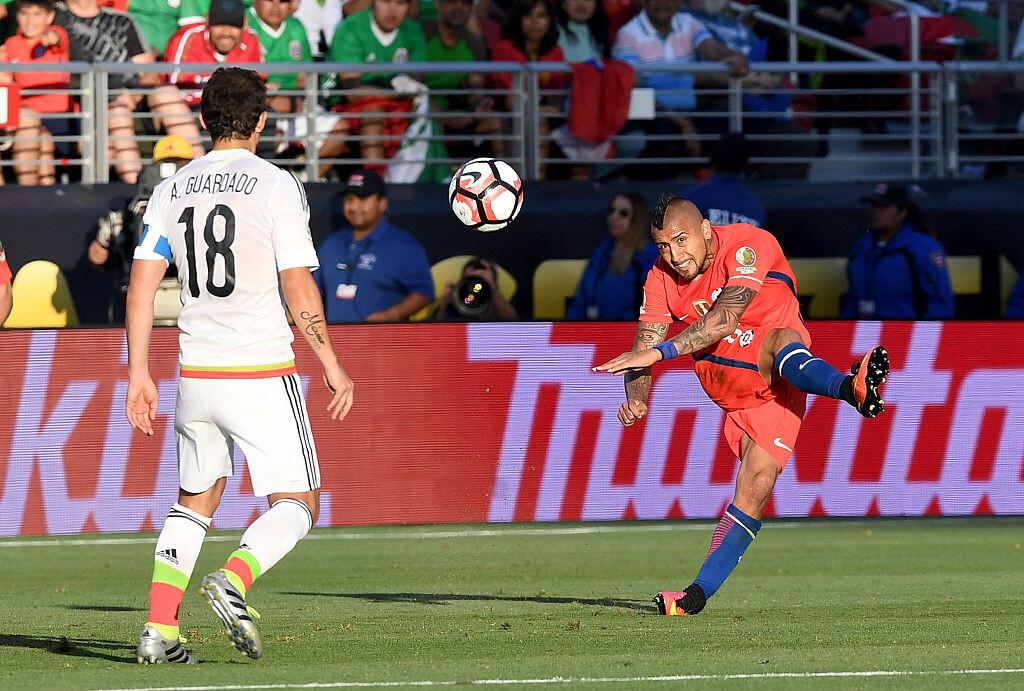Andrés Guardado frente a Arturo Vidal en la Copa América Centenario
