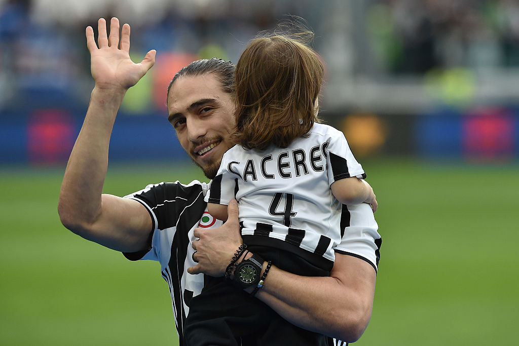 Cáceres sale de la Juventus