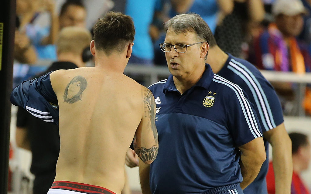 Martino hablando con Messi