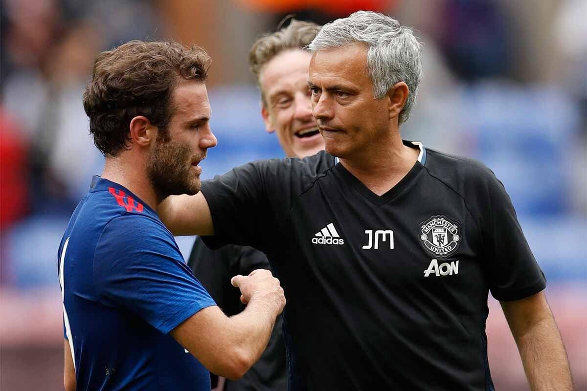 José Mourinho felicita a Juan Mata tras un partido del Manchester United
