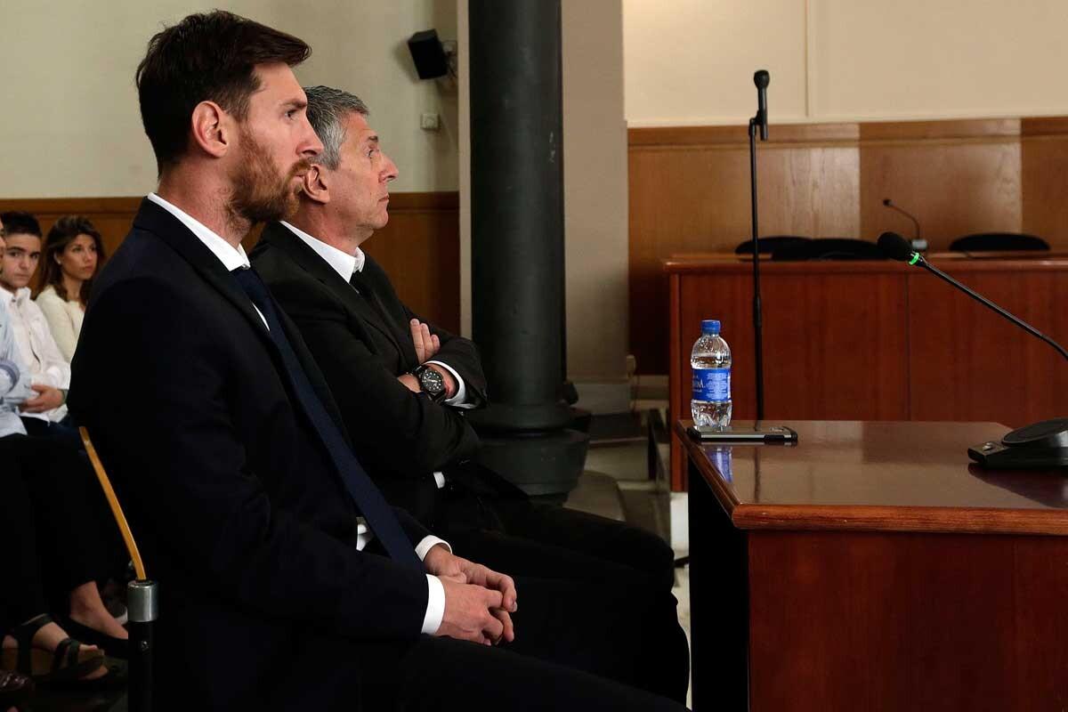 Messi y su padre, durante el juicio