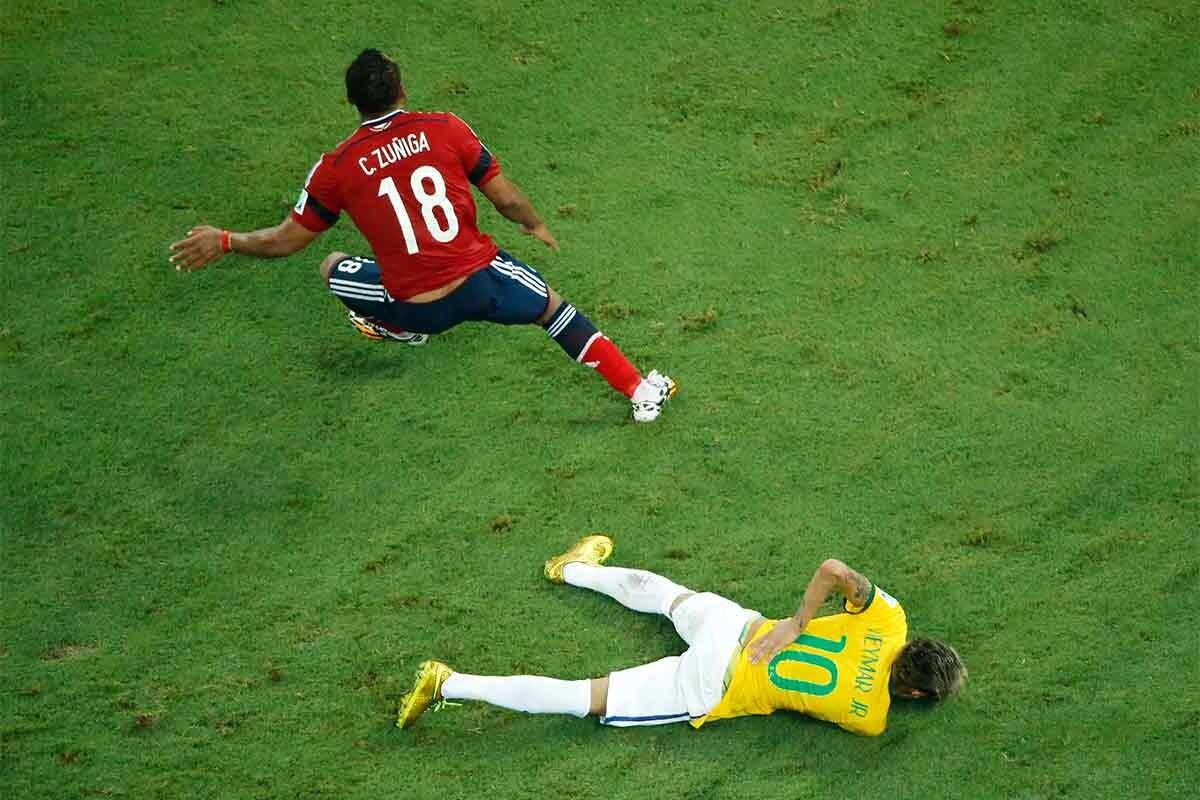 Neymar se duele tras la entrada de Zúñiga