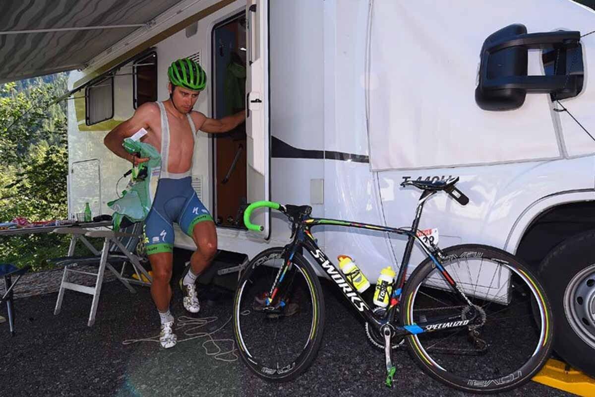 Peter Sagan sale de la caravana de un aficionado