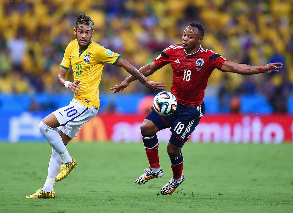Camilo Zúñiga enfrentando a Neymar